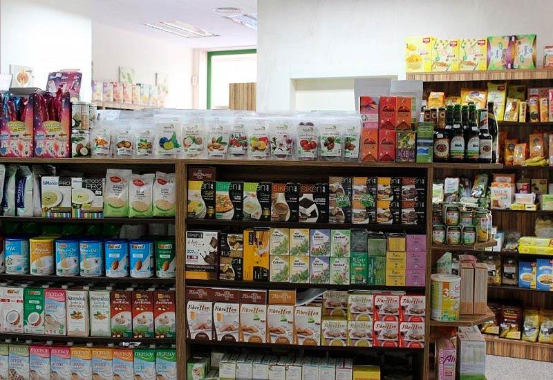 Vista de estantería con productos para celíacos en Alicante